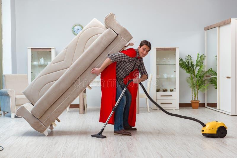 Ο έξοχος καθαριστής ηρώων που εργάζεται στο σπίτι στοκ φωτογραφίες με δικαίωμα ελεύθερης χρήσης