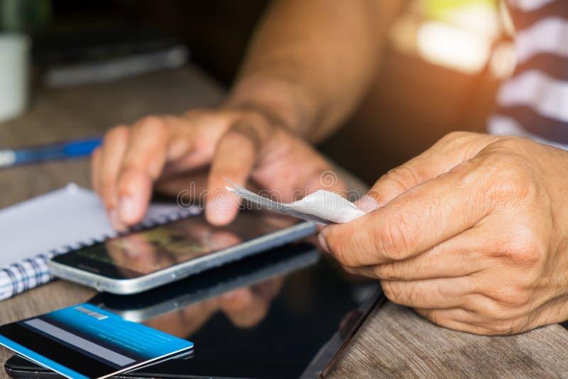 Ο έξυπνος τηλεφωνικός έλεγχος ολισθήσεις πιστωτικών καρτών, υπολογίζει ότι το κόστος του α στοκ φωτογραφίες με δικαίωμα ελεύθερης χρήσης