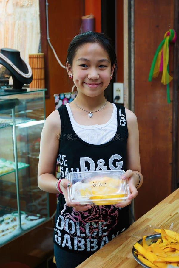 Ο έφηβος girll πωλεί τα φρούτα στην οδό στοκ φωτογραφία με δικαίωμα ελεύθερης χρήσης