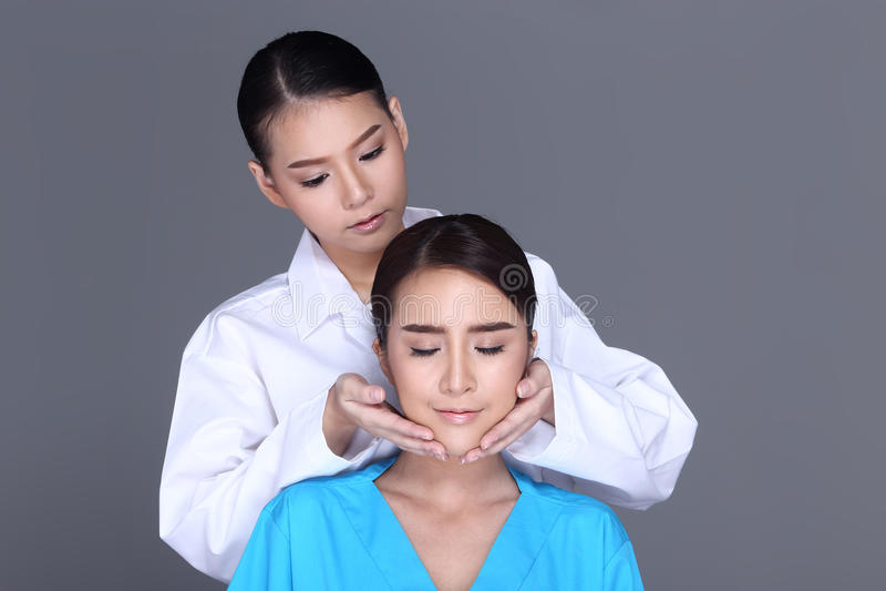 Ο έλεγχος γιατρών Beautician εντοπίζει τον ασθενή δομών προσώπου πριν από το π στοκ εικόνες