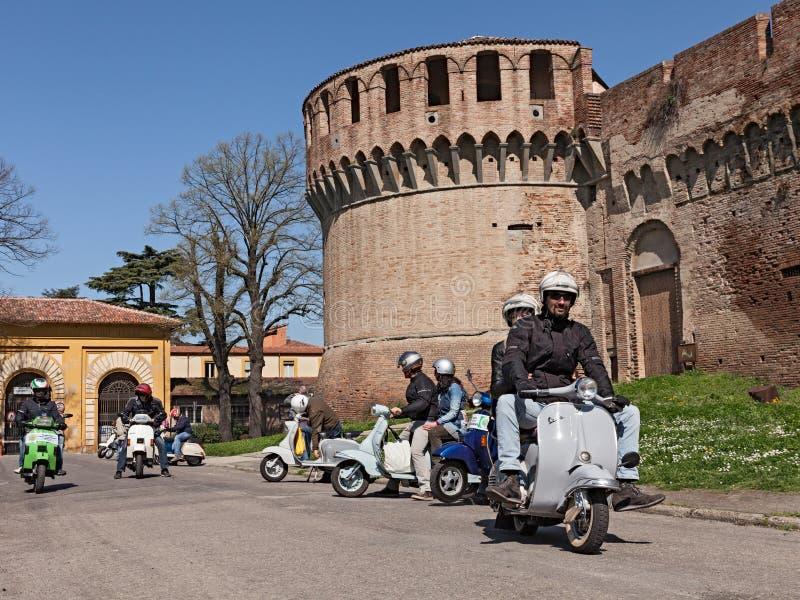 Οδήγηση ποδηλατών εκλεκτής ποιότητας ιταλικά μηχανικά δίκυκλα στοκ εικόνα