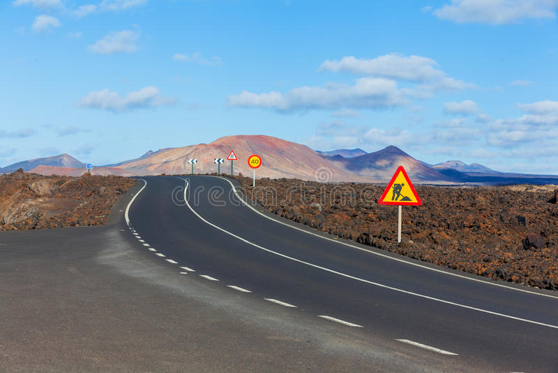 Οδήγηση σε Lanzarote με την άποψη… στοκ εικόνες