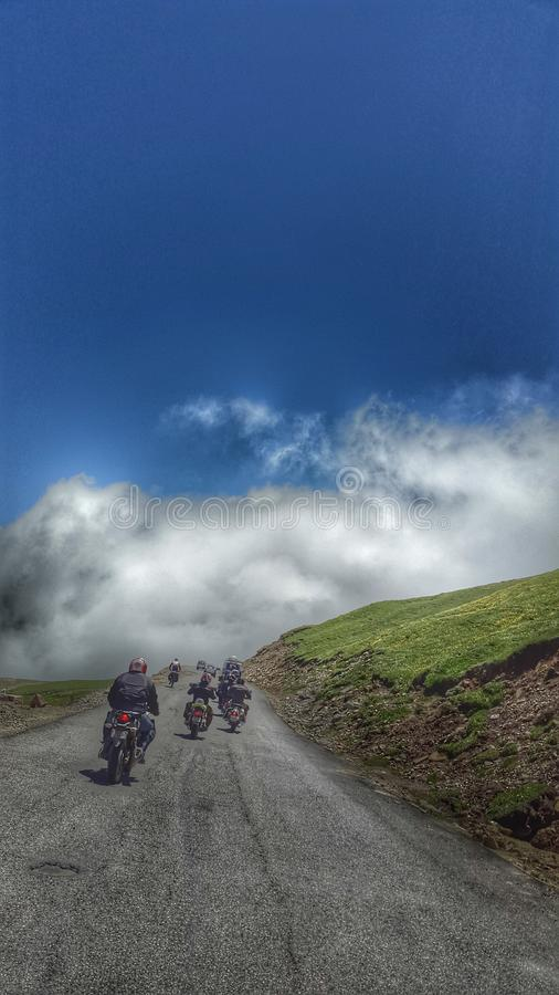 Οδήγηση στα σύννεφα του περάσματος Rohtang στοκ εικόνες