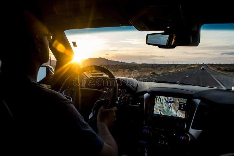 Οδήγηση στη δύση ΗΠΑ ηλιοβασιλέματος στα las Vegas στοκ εικόνες