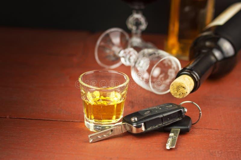 Οδήγηση υπό την επήρεια του οινοπνεύματος επικίνδυνος γύρος Οινόπνευμα πίσω από τη ρόδα Μεθυσμένος οδηγός στοκ εικόνα με δικαίωμα ελεύθερης χρήσης