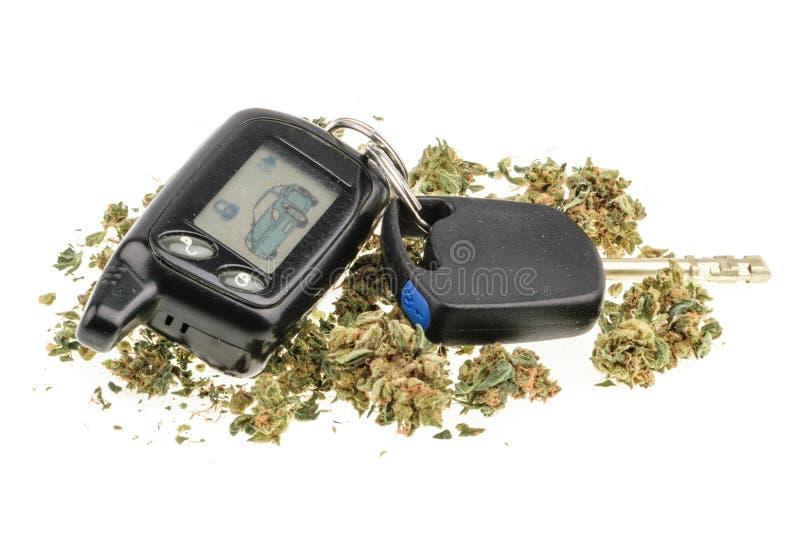 Οδήγηση υψηλή, κλειδί μαριχουάνα και αυτοκινήτων που απομονώνεται στο λευκό στοκ εικόνες με δικαίωμα ελεύθερης χρήσης