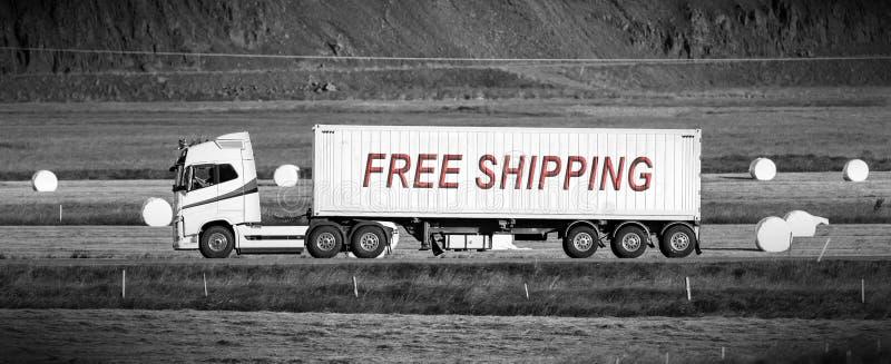 Οδήγηση φορτηγών μέσω μιας αγροτικής περιοχής - ελεύθερη ναυτιλία στοκ εικόνα