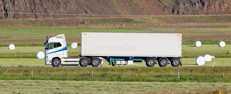 Οδήγηση φορτηγών μέσω μιας αγροτικής περιοχής στοκ φωτογραφίες με δικαίωμα ελεύθερης χρήσης