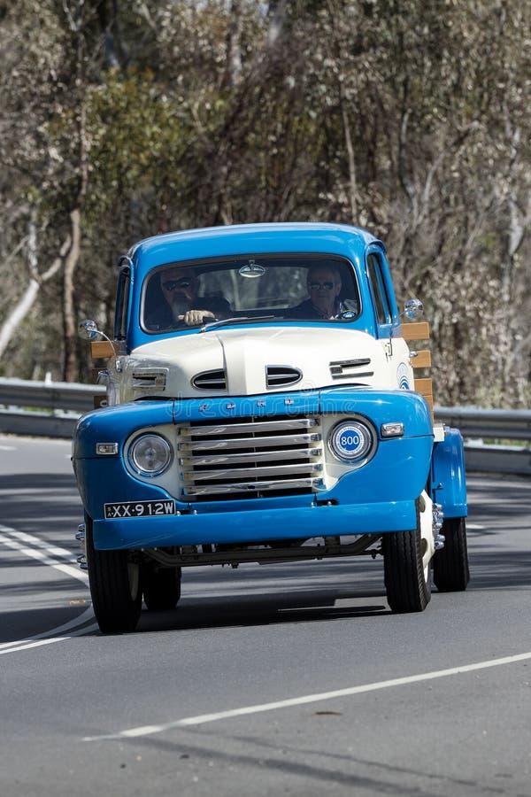 1948 οδήγηση φορτηγών της Ford F5 στη εθνική οδό στοκ εικόνες