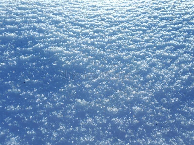 Ο ήλιος είναι να λάμψει χιονώδης ημέρα στοκ εικόνες