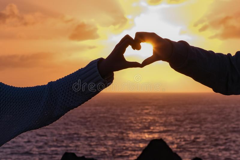 Ο ήλιος λάμπει μέσω του χεριού παιδιών s διαμορφώνοντας μια καρδιά, ηλιοβασίλεμα σε Lanzarote στοκ φωτογραφία με δικαίωμα ελεύθερης χρήσης