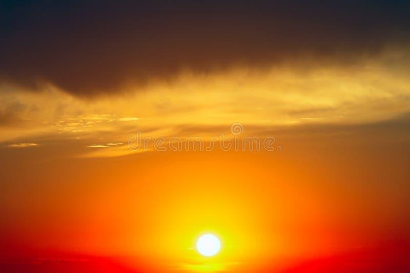 Ο ήλιος ρύθμισης σε ένα κλίμα των σκοτεινών σύννεφων στοκ φωτογραφία με δικαίωμα ελεύθερης χρήσης