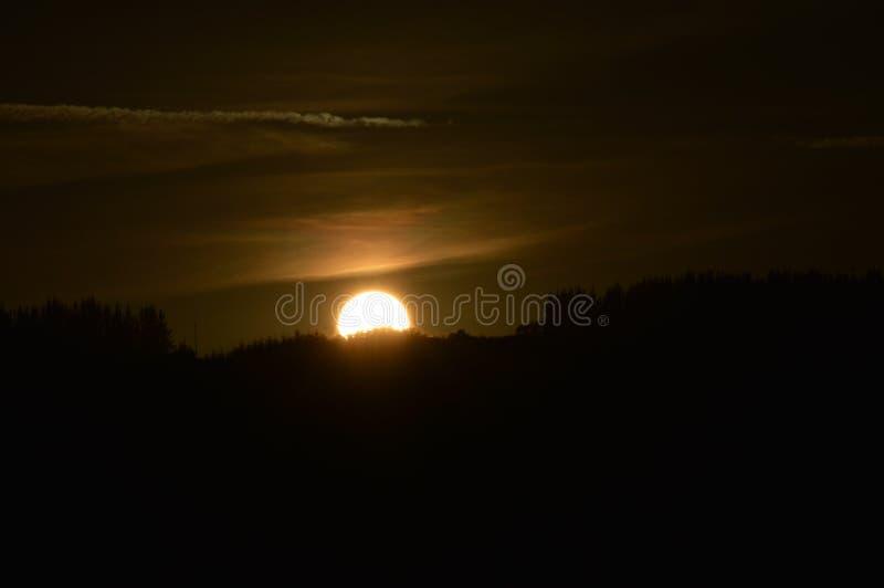 Ο ήλιος στο ηλιοβασίλεμα στα βουνά της Γαλικία γεμίζει τα λιβάδια δασών πεύκων κοιλάδων και τα δάση του ευκαλύπτου σε Rebedul 3 Α στοκ εικόνες