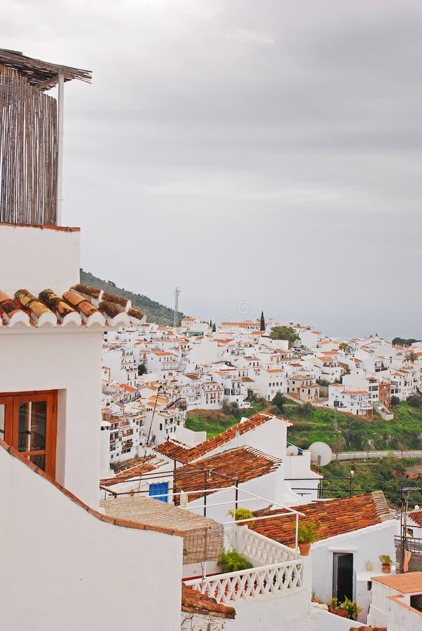 Ο ήρεμος ύπνος αλλά όμορφη πόλη Frigiliana, Ισπανία μια νεφελώδη ημέρα στοκ εικόνες