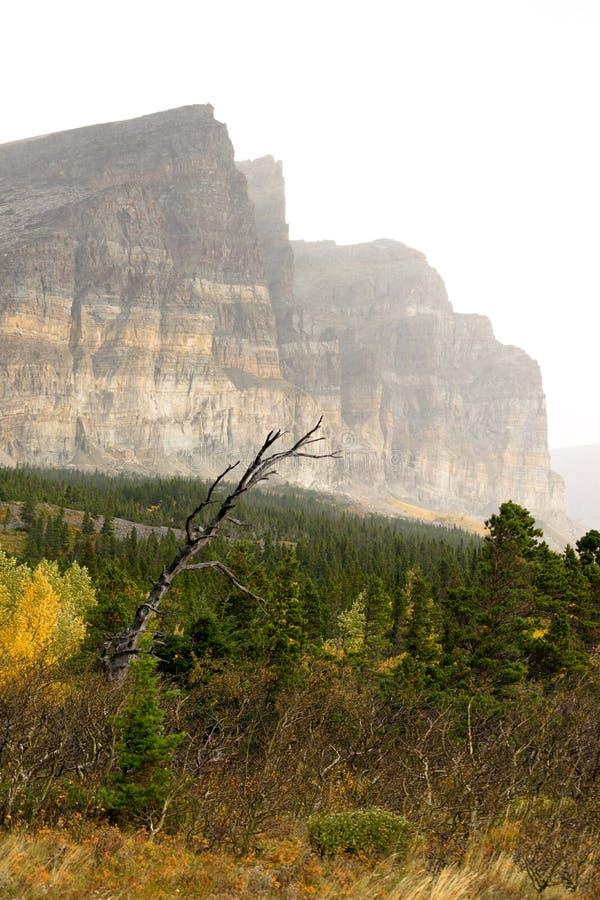 Ο ήλιος λαμπρύνει δυτικό κράτος ΗΠΑ της Μοντάνα βουνών ομίχλης το δύσκολο στοκ εικόνες με δικαίωμα ελεύθερης χρήσης