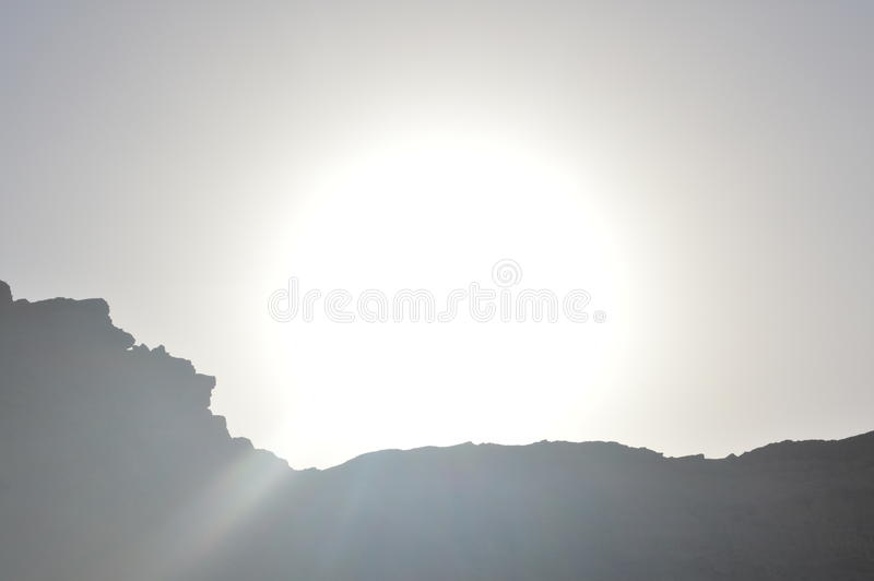 Ο ήλιος πίσω από το βουνό στοκ φωτογραφίες