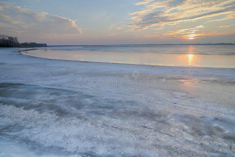 Ο ήλιος που τίθεται πέρα από την παγωμένη λίμνη στοκ φωτογραφία με δικαίωμα ελεύθερης χρήσης