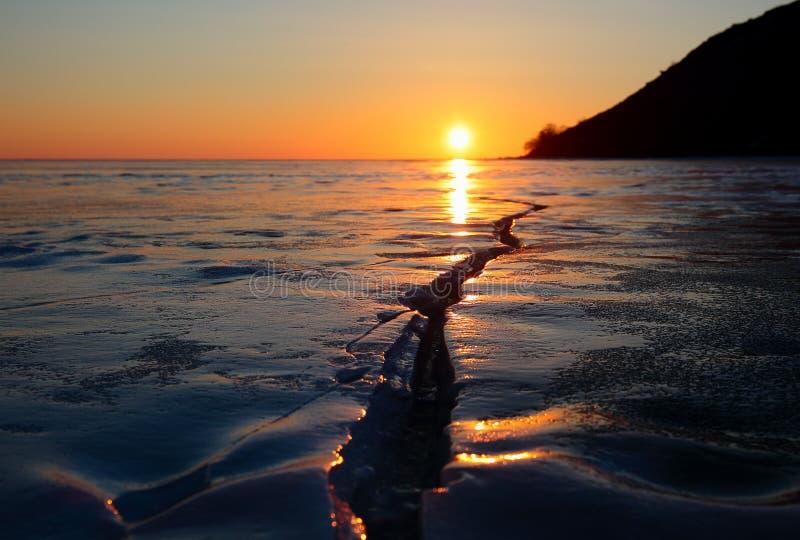 Ο ήλιος ρύθμισης στον ορίζοντα της λίμνης Baikal το χειμώνα στοκ φωτογραφίες με δικαίωμα ελεύθερης χρήσης