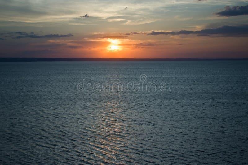 Ο ήλιος ρύθμισης στον ποταμό του Βόλγα στοκ φωτογραφίες