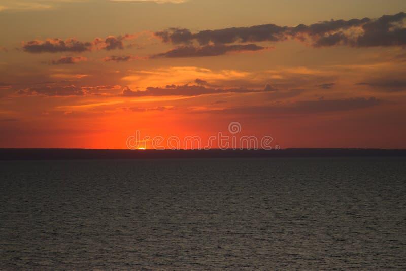 Ο ήλιος ρύθμισης στον ποταμό του Βόλγα στοκ φωτογραφία με δικαίωμα ελεύθερης χρήσης