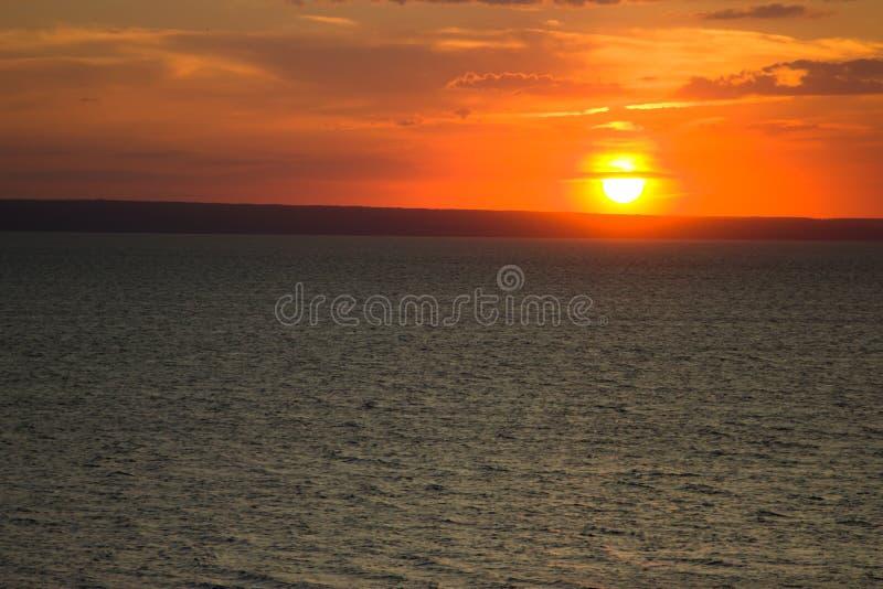 Ο ήλιος ρύθμισης στον ποταμό του Βόλγα στοκ εικόνα με δικαίωμα ελεύθερης χρήσης