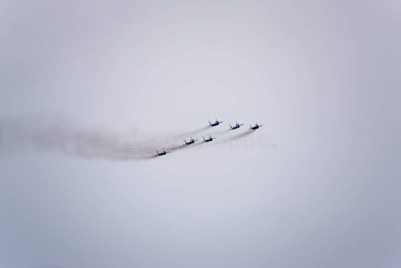 Ο αέρας παρουσιάζει στον ουρανό επάνω από το σχολείο πτήσης αερολιμένων Krasnodar Airshow προς τιμή τον υπερασπιστή της πατρικής  στοκ φωτογραφία