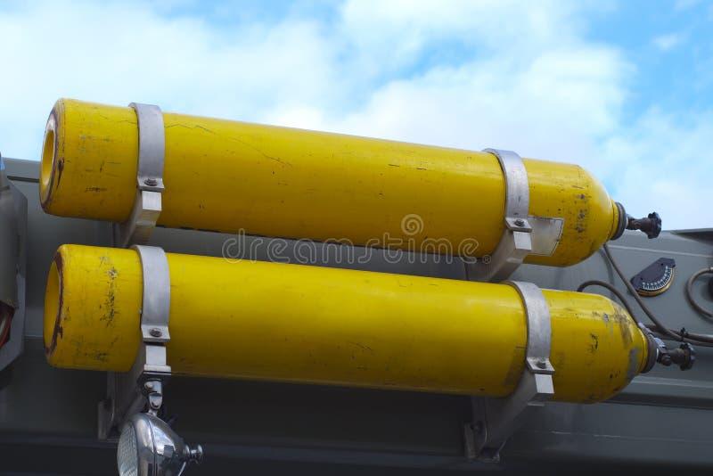Ο αέρας τοποθετεί σε δεξαμενή συμπιεσμένο το οξυγόνο εξοπλισμό πυροσβεστών μπουκαλιών αερίου στο φορτηγό στοκ εικόνες