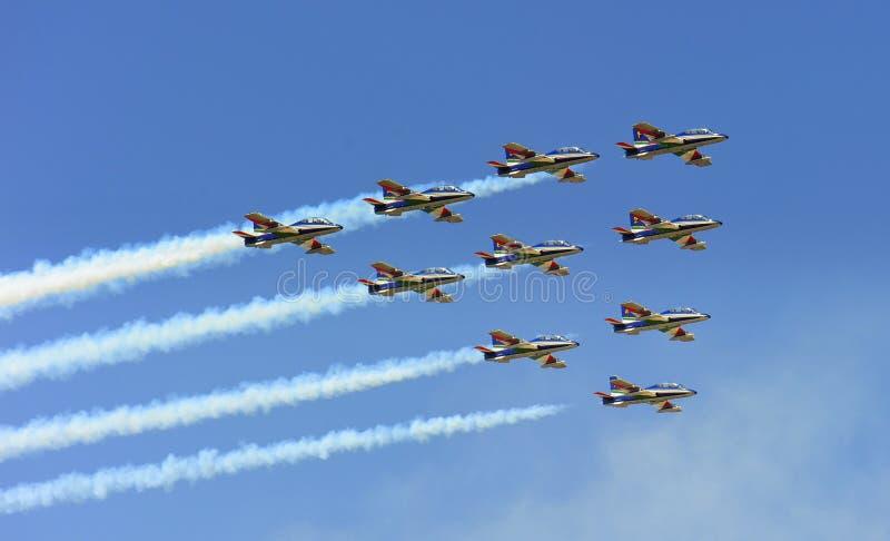 Ο αέρας του Βουκουρεστι'ου εμφανίζει - βέλη Tricolors ως φιλοξενούμενοι στοκ εικόνα