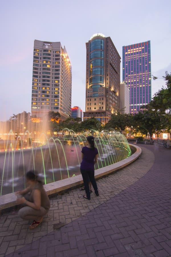 ο αέρας του 2010 δεδομένου ότι γρήγορα αναπτυσσόμενα τα Αύγουστος chi κορίτσια προσώπου οικονομίας δεκαετιών πόλεων πρέπει να έχο στοκ φωτογραφίες