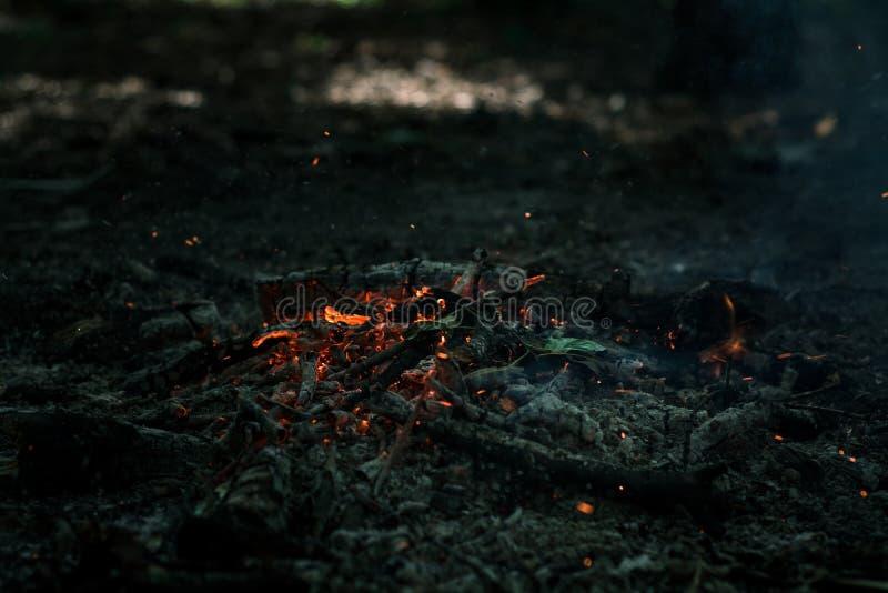 Ο αέρας φυσά στους άνθρακες στοκ φωτογραφίες με δικαίωμα ελεύθερης χρήσης