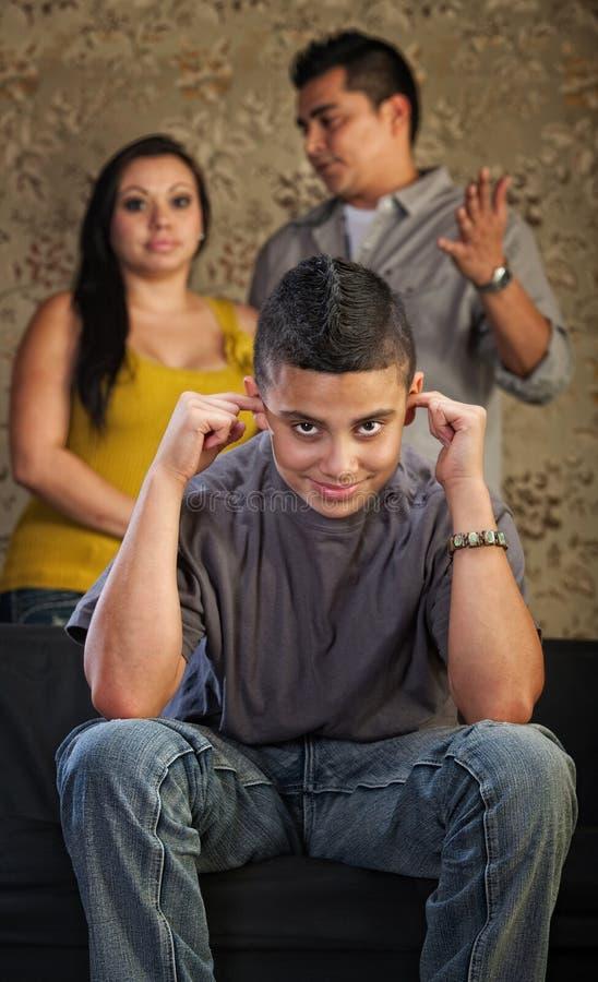 Ο αγενής έφηβος συνδέει τα αυτιά στοκ εικόνες