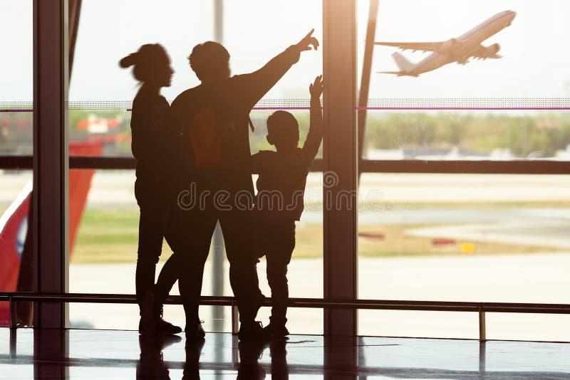 ο αερολιμένας σκιαγραφεί τους ταξιδιώτες στοκ φωτογραφία με δικαίωμα ελεύθερης χρήσης