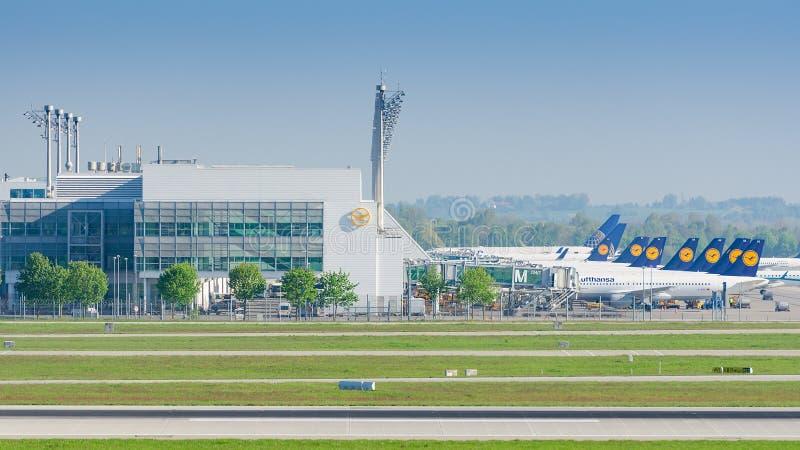 Ο αερολιμένας του Μόναχου χρησιμεύει ως η δευτεροβάθμια πλήμνη για τις αερογραμμές της Lufthansa στοκ φωτογραφία με δικαίωμα ελεύθερης χρήσης
