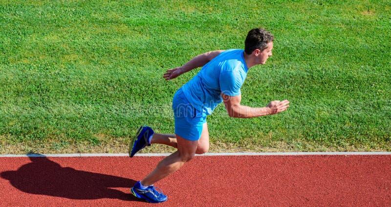 Ο αθλητής Sprinter τρέχει την κατάρτιση Υπόβαθρο χλόης διαδρομής τρεξίματος αθλητών Κατάρτιση Sprinter στη διαδρομή σταδίων Πρόοδ στοκ εικόνα