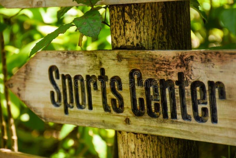 Ο αθλητισμός κεντροθετεί το ξύλινο σημάδι στο τροπικό νησί στοκ φωτογραφίες