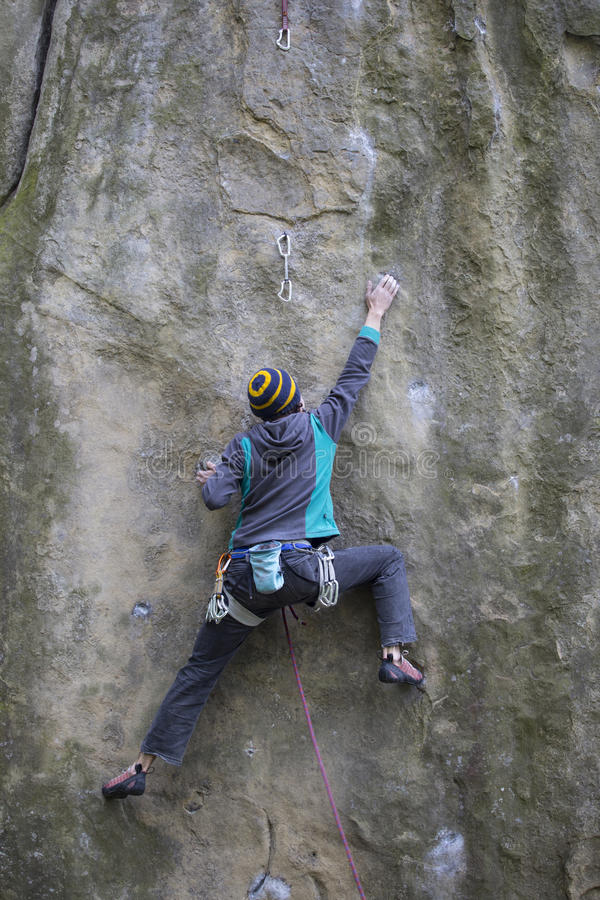 Ο αθλητής αναρριχείται στο βράχο με το σχοινί στοκ φωτογραφίες