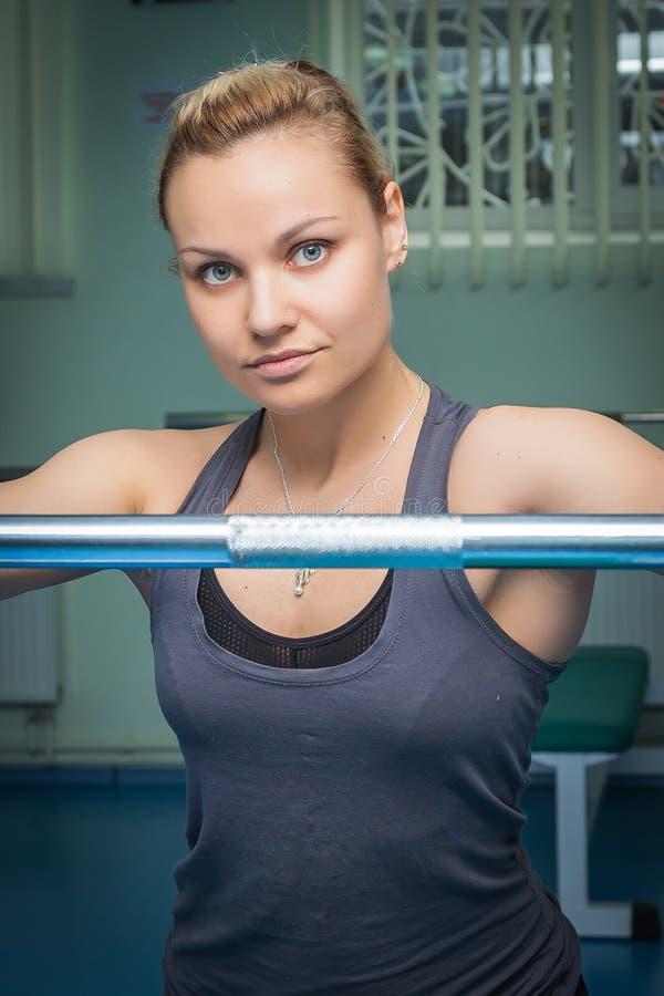 Ο αθλητής στη γυμναστική στοκ φωτογραφίες
