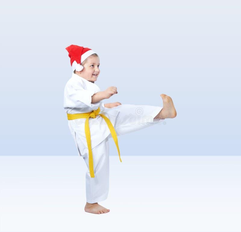 Ο αθλητικός τύπος κτυπά το πόδι λακτίσματος στοκ εικόνα με δικαίωμα ελεύθερης χρήσης