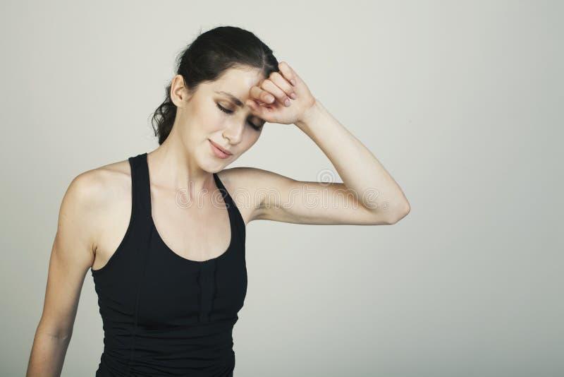 Ο αθλητισμός γυναικών απομόνωσε τον κουρασμένο πυροβολισμό στούντιο στοκ εικόνες