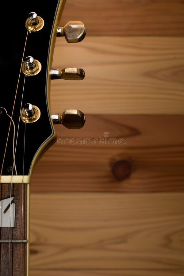 ο ακουστικός επικεφαλής μουσικός έξι κιθάρων συμβολοσειρά περιμένει στοκ εικόνες