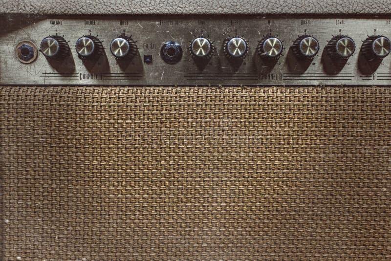 ο ακουστικός επικεφαλής μουσικός έξι κιθάρων συμβολοσειρά περιμένει στοκ φωτογραφία