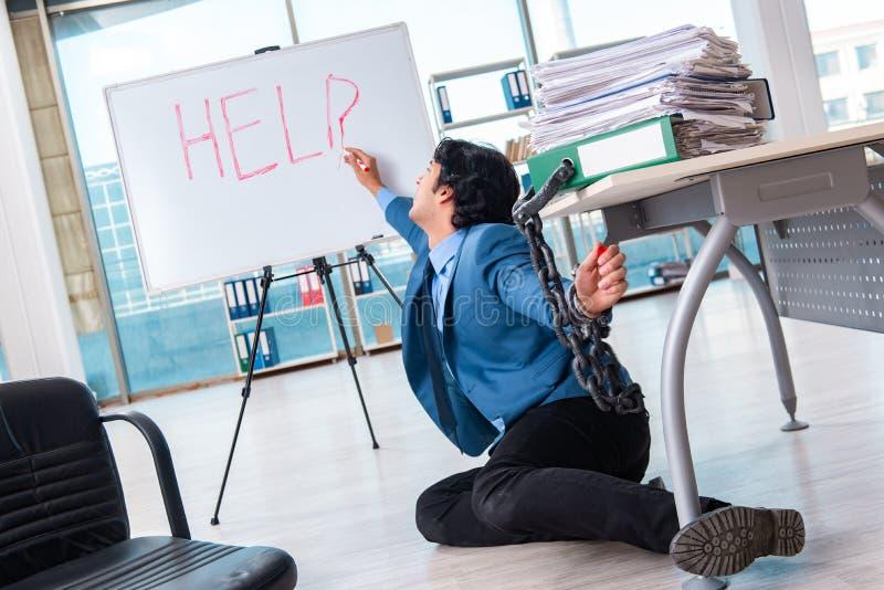 Ο αλυσοδεμένος άνδρας υπάλληλος δυστυχισμένος με την υπερβολική εργασία στοκ φωτογραφία