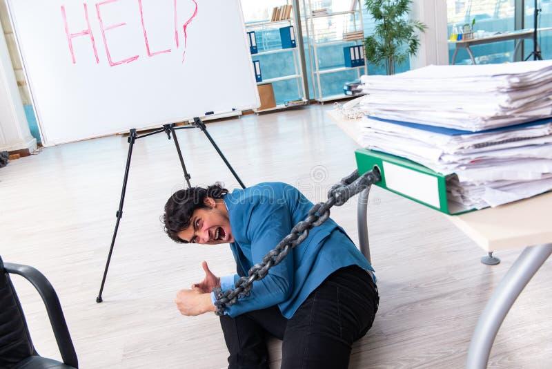 Ο αλυσοδεμένος άνδρας υπάλληλος δυστυχισμένος με την υπερβολική εργασία στοκ φωτογραφία με δικαίωμα ελεύθερης χρήσης