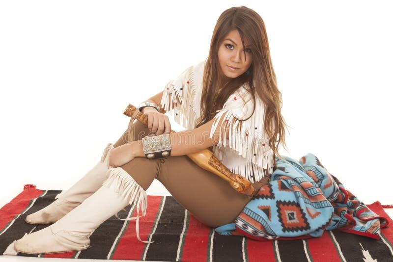 Ο αμερικανός ιθαγενής γυναικών κάθεται την πλευρά κοιτάζει στοκ εικόνες με δικαίωμα ελεύθερης χρήσης