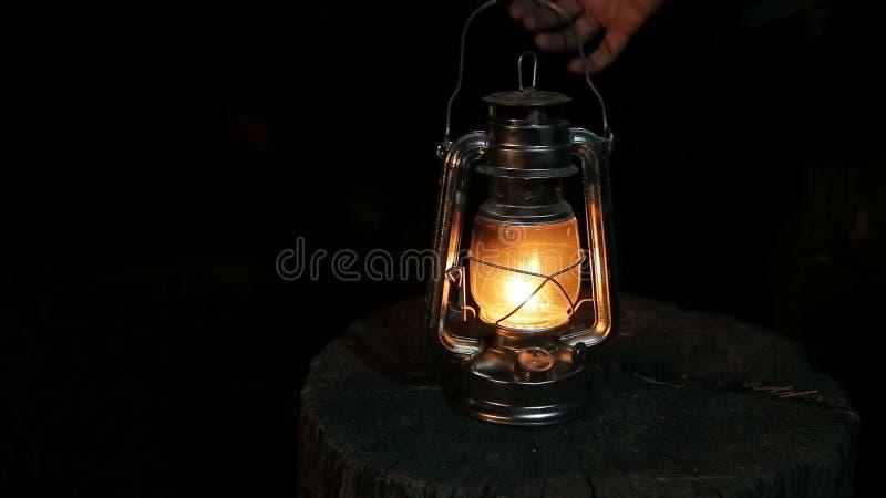 Ο λαμπτήρας κηροζίνης στη νύχτα φιλμ μικρού μήκους