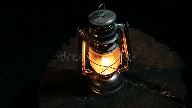 Ο λαμπτήρας κηροζίνης στη νύχτα απόθεμα βίντεο