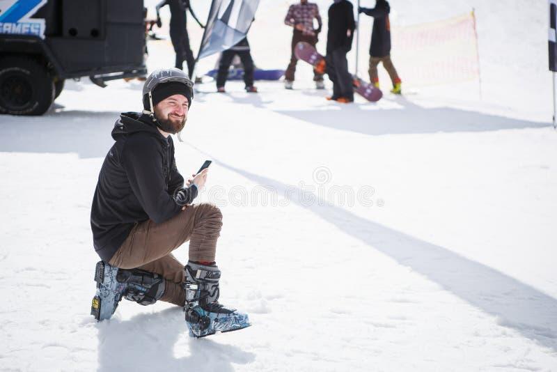 Ο αναβάτης σκι παίρνει τις εικόνες με την έξυπνη τηλεφωνική κάμερα στοκ εικόνα