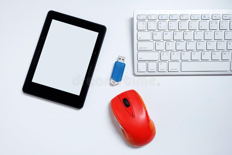 Ο αναγνώστης EBook με την κενό οθόνη και το πληκτρολόγιο και το ποντίκι και τη λάμψη οδηγεί USB στο άσπρο υπόβαθρο, τις χρησιμοπο στοκ εικόνα με δικαίωμα ελεύθερης χρήσης
