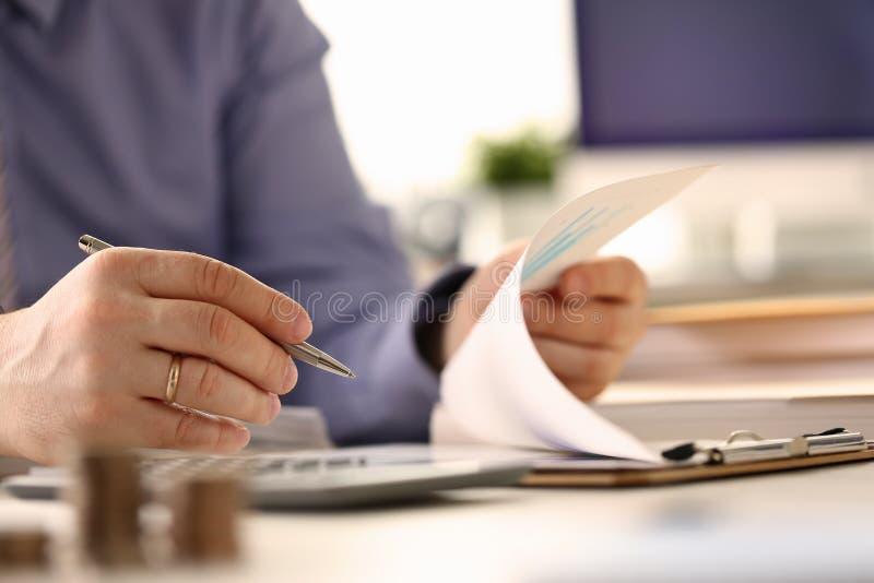 Ο αναλυτής υπολογίζει την επένδυση ελέγχου προϋπολογισμών χρηματοδότησης στοκ φωτογραφίες με δικαίωμα ελεύθερης χρήσης