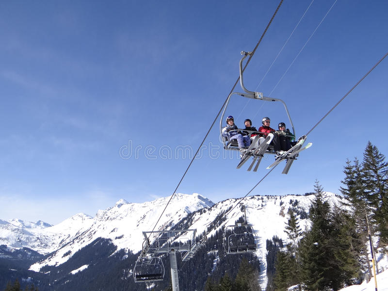 Ο ανελκυστήρας φέρνει τους σκιέρ διακοπών επάνω το βουνό στοκ εικόνες με δικαίωμα ελεύθερης χρήσης